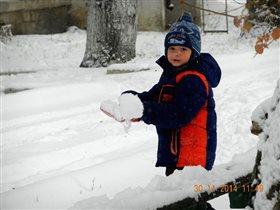 А без меня взрослым не справиться со снегом.