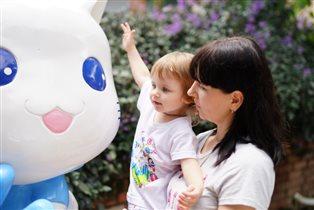Oго, какая большая Hello Kitty! Мне её не обнять!