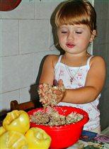 Дочурка помогает готовить ужин маме)