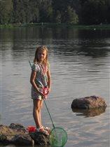 Юная рыбачка