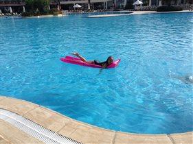 вот оно лето,начинается с бассейна и отдыха