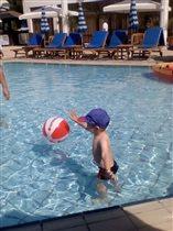В бассейне с любимым мячиком!Максим счастлив!