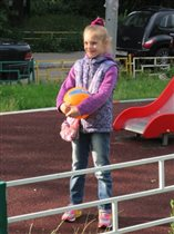 Девочка с мячом