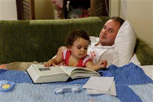 Папа, ты засыпай! а то скоро книжка закончится!