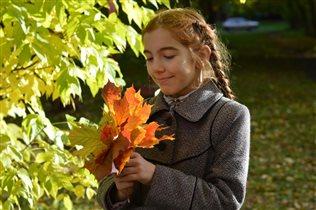 Доченька Арина с кленовыми листьями в руках