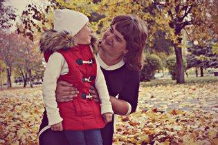 с любимой сестрой в осеннем парке