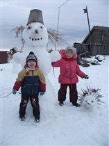 Он из снега, он велик. Это дядя Снеговик.
