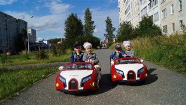 Катаемся с братиками на машинах