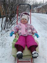 На морозе весело гонять на саночках!