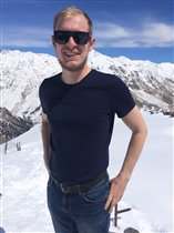 На фоне Эльбруса
