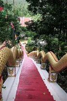 Лестница в буддистский храм (Wat Maduea Wan)