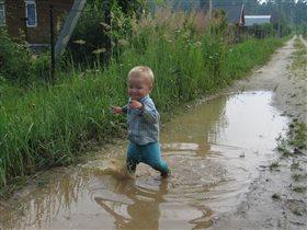 Счастье, когда мама разрешает бегать по лужам!!!