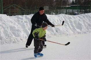 В хоккей играют настоящие мужчины ! папы и сын!
