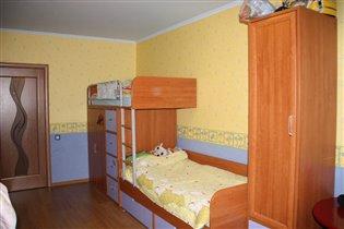 сторона старших:кровати,шкаф и комод для одежды