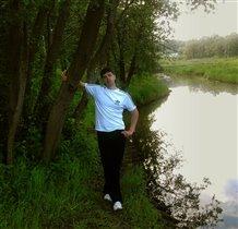 у речки в лесу