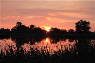 Из далека долго течет река Волга...
