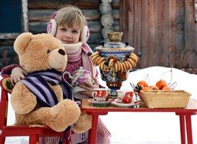 С другом Мишкою вдвоём на морозе чай мы пьём!