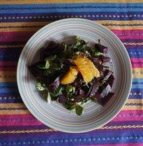 салат со свёклой, апельсинами и рукколой