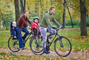 Вместе весело кататься на велосипедах!