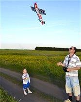 С папой вместе мы играем, самолетик запускаем!