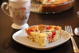 В разрезе пирог с моцареллой и черри
