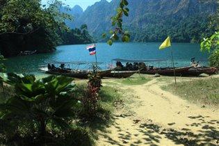 Выход из тропического леса к озеру