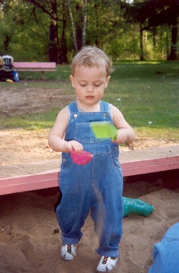 Тимоша в песочнице. Юная фотомодель
