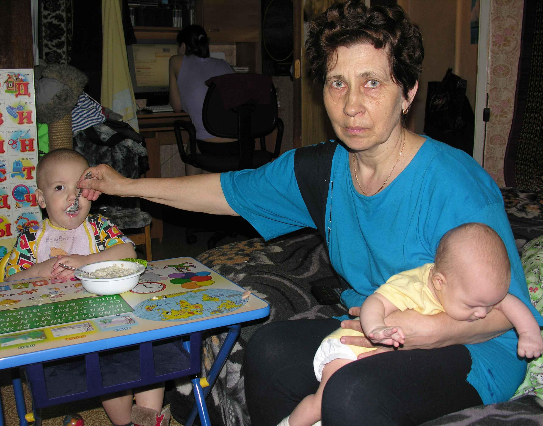 Бабушка и внуки. Внучата