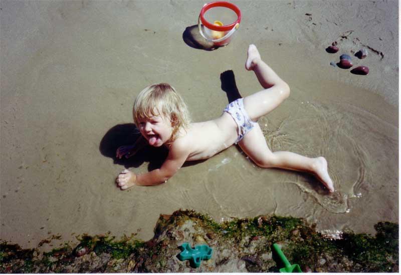 Строит Таня замки. Я построил на песке...