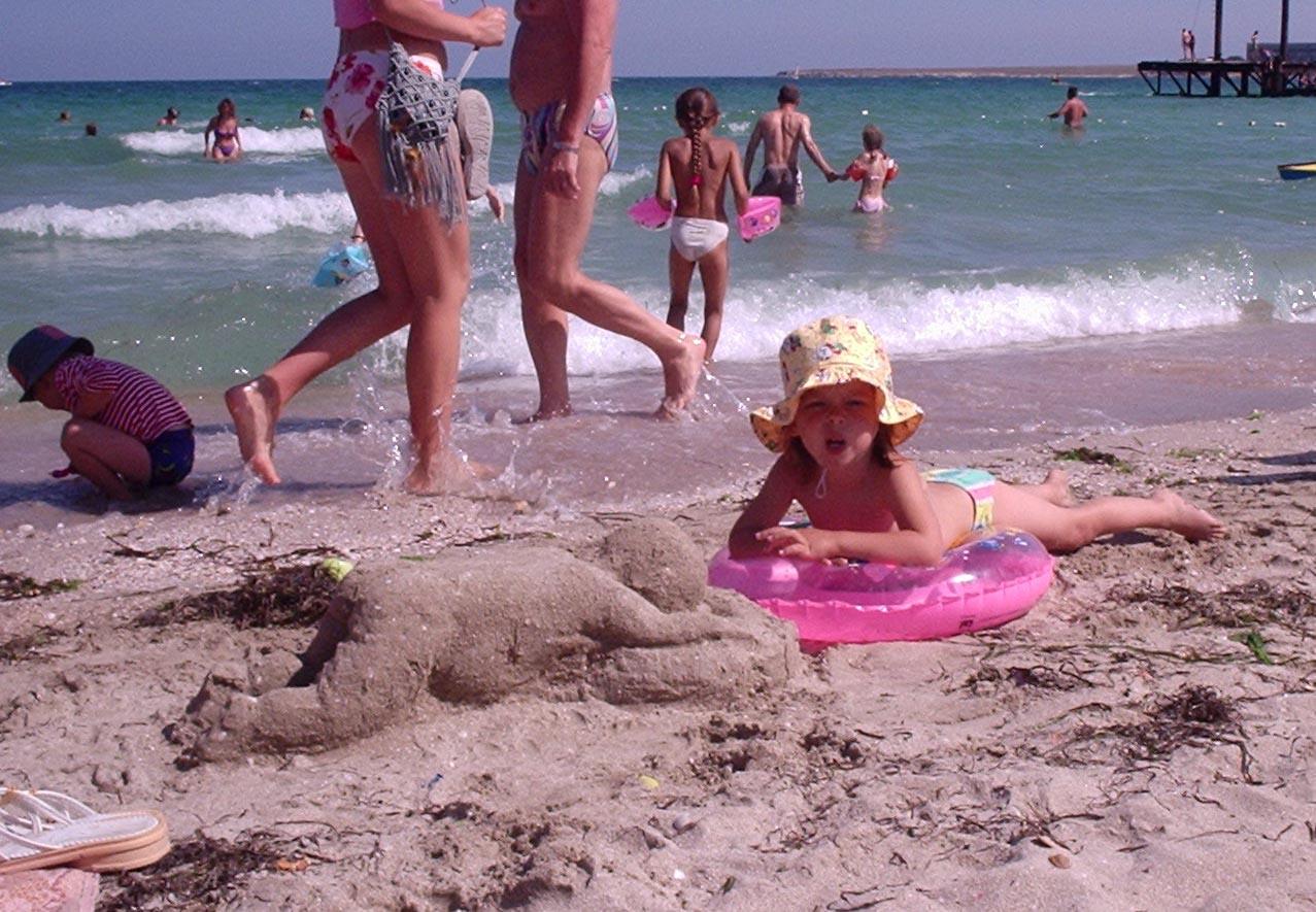 Я похожа на песочного человечка?. Я построил на песке...