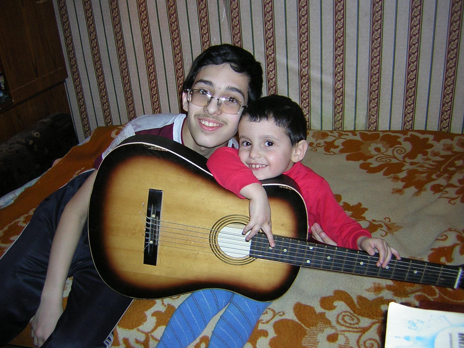 Песня друзей: наш Константин берет гитару, а Боренька ему подпевает.. Мы - веселые друзья