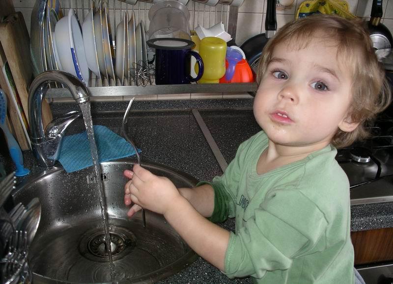 'Маму, очень я люблю! Маме помогаю, а посуду мне помыть, легче не бывает!'. Я - Чистюля