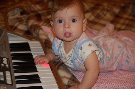 Юная пианистка. Дети и музыка