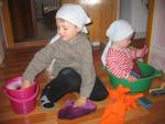 Мамины помощники - Саша и Сережа. Я - Чистюля