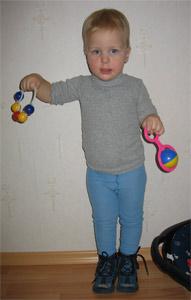 Сима танцует с погремушками. Дети и музыка