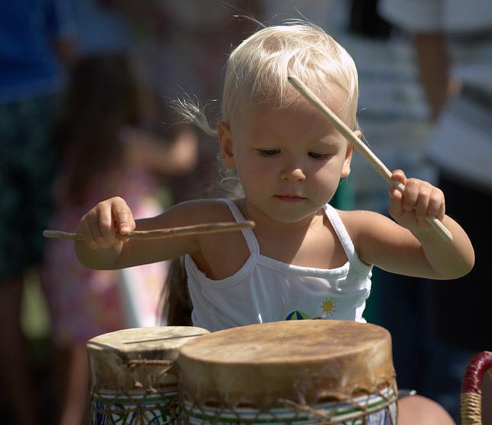 Блондинка из племени 'Мумба-Юмба'. Дети и музыка