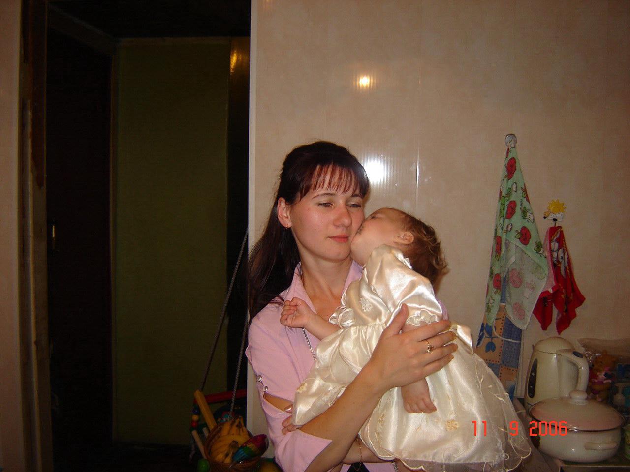 Целует мамулю.
