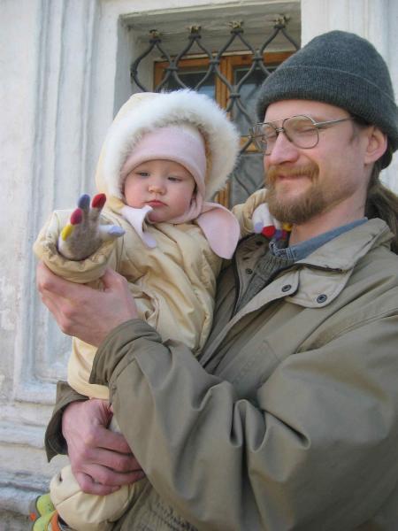 Папа с дочуркой на весёлой прогулке. Слова - не единственный способ общения