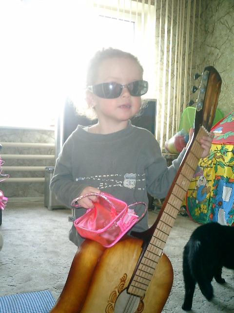 а я учусь играть на гитаре. Что наша жизнь? Игра!