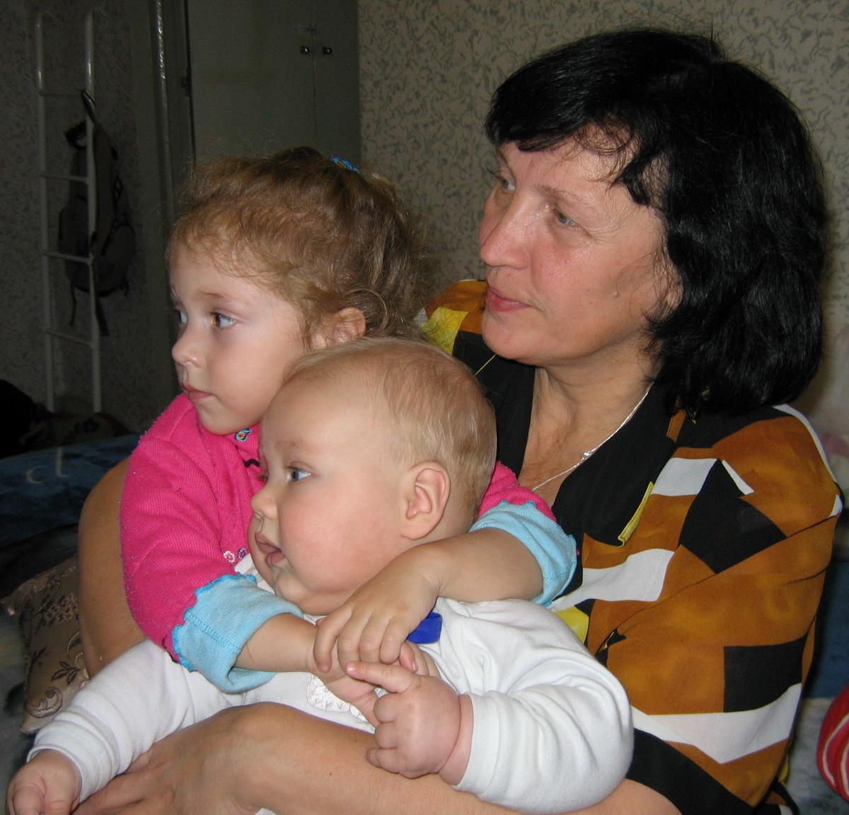 С бабой и Лизой смотрю телевизор!. Слова - не единственный способ общения