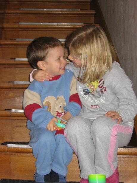 младший брат и старшая сестра. Слова - не единственный способ общения