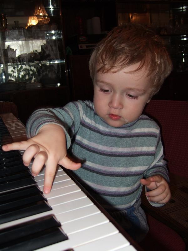 Я ИГРАЮ ГАММЫ, ЭЙ, СНИМАЙ ЖЕ, МАМА!!!. Дети и музыка