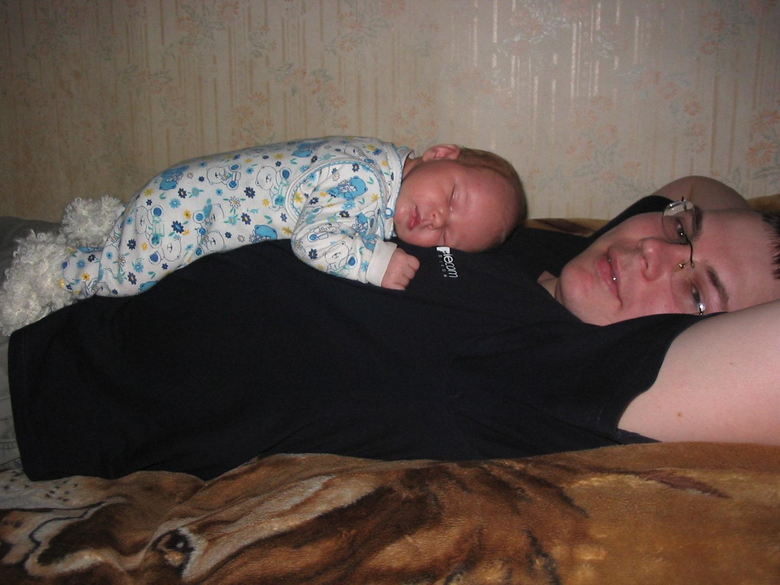 В кроватке хорошо,но на папе лучше!. Слова - не единственный способ общения