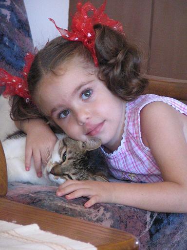 Мейталь с любимой кошкой. Ребята и зверята