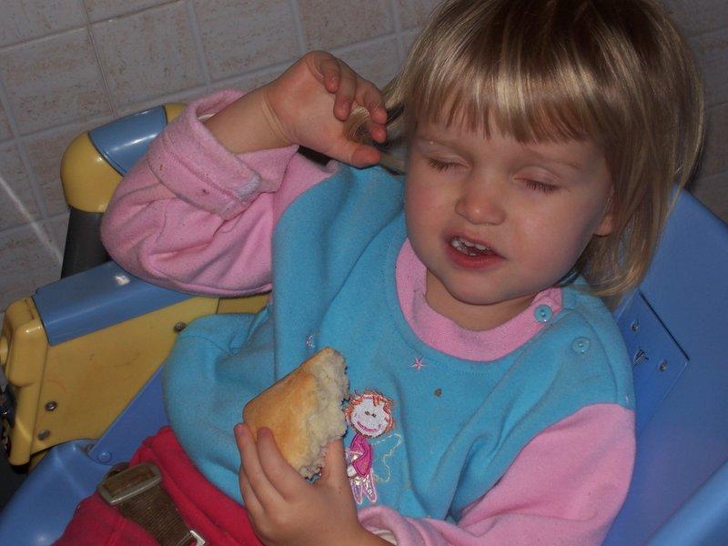 Поесть... ? поспать... ?. Мой малыш перед сном
