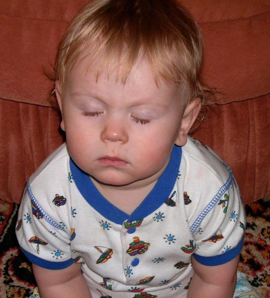 Сидя спать не запретишь.... Мой малыш перед сном