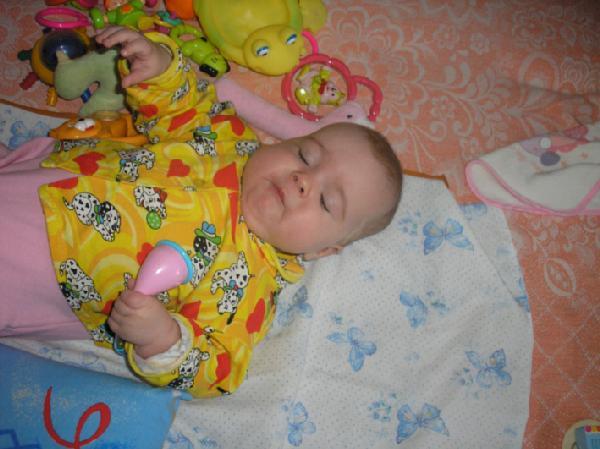 Спать хочу, но игрушку не отпущу.... Мой малыш перед сном