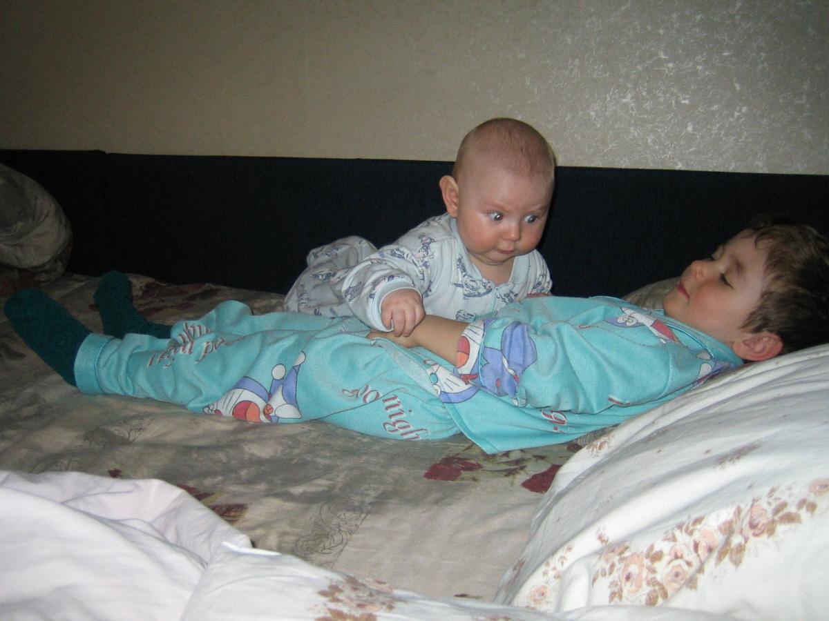 Вдвоем даже спать веселее!. Мой малыш перед сном