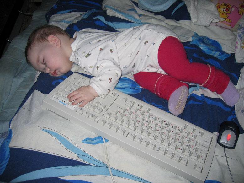 Перед сном я обязательно проверяю свою почту.... Вот только при этом часто засыпаю.... Мой малыш перед сном