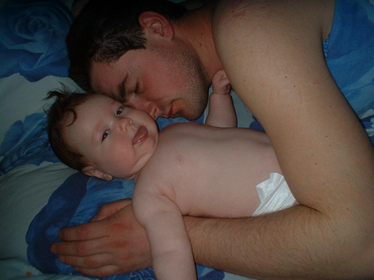 папа уже спит, а я пока только одним глазом.... Мой малыш перед сном